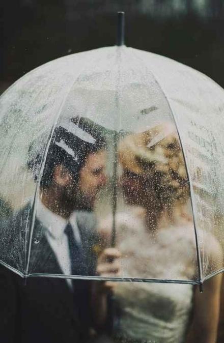 Aquella noche cualquiera llovía y lo hacía como si toda el agua del mundo quisiera borrar todos sus miedos. Calada hasta los huesos, buscaba sin éxito refugio en alguno de los soportales. Cuando ya había perdido toda la esperanza, apareció alguien que cubriéndola con su paraguas le ofreció acompañarla. Desde aquel momento, sintió que aquel paraguas era el lugar más seguro del mundo y lo echó de menos a él y a la lluvia.