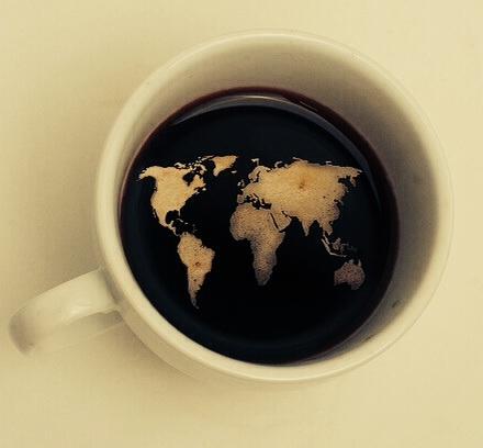 Quiero que juguemos a arreglar el mundo o a ponerlo patas arriba, a ordenarlo o desordenarlo mientras nos tomamos una taza de café.